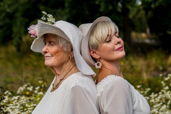 Porträt.Großmutter und Tochter mit Hut