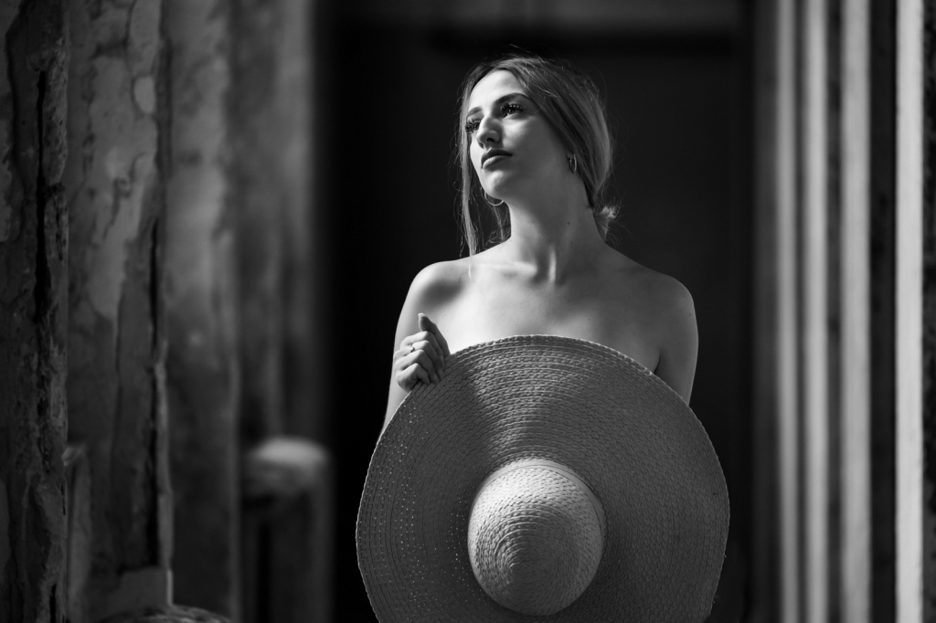 Porträt junge Frau oder Mädchen mit Hut. Blick zum Himmel.