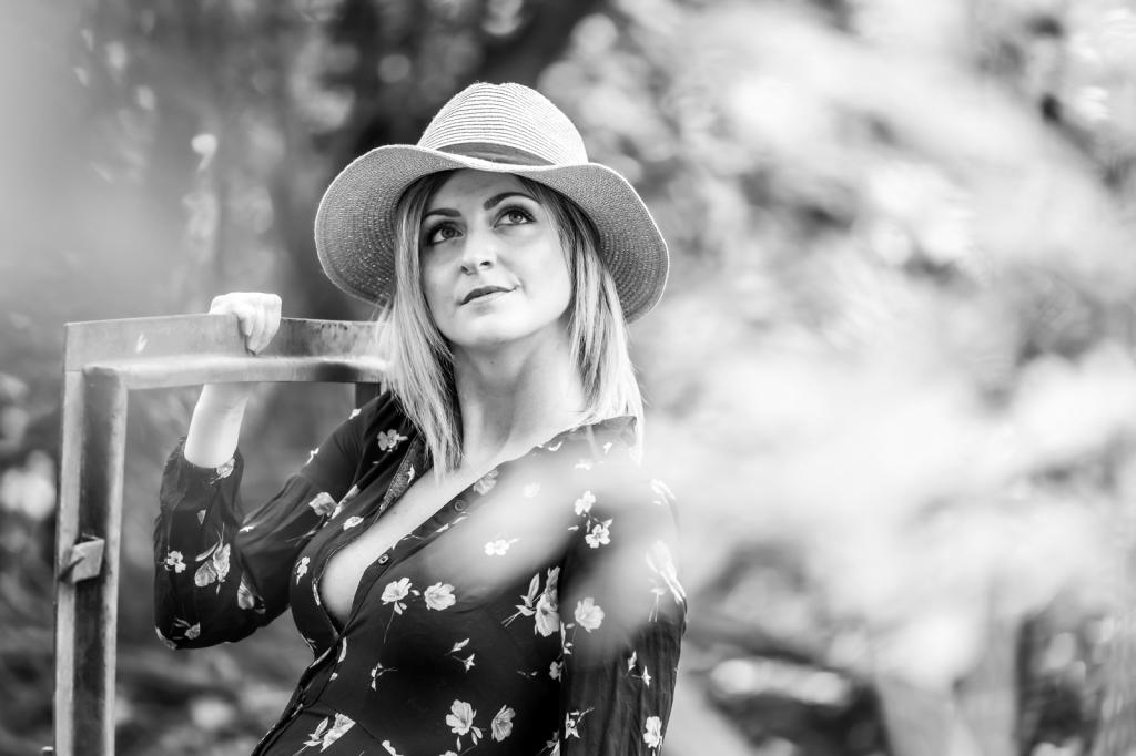 Porträt. Junge Frau mit Hut Blick in Himmel