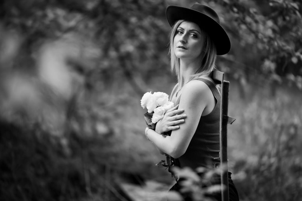 Porträt junge Frau,Mädchen mit Blumen,schwarzweiss