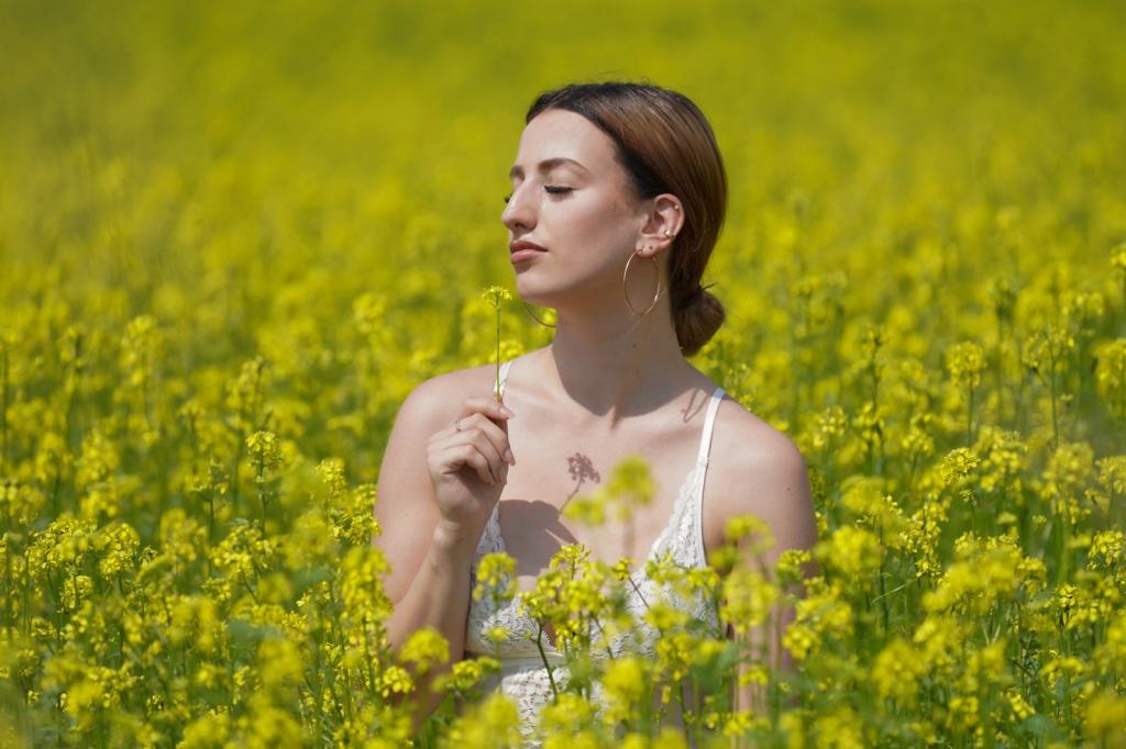 Porträt junge Frau im Feld. Mädchen im Rapsfeld.